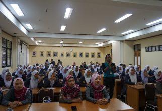 Para Murid dan Guru SMK Sentosa Dharma Bojonegoro berkunjung ke Fakultas Farmasi UI