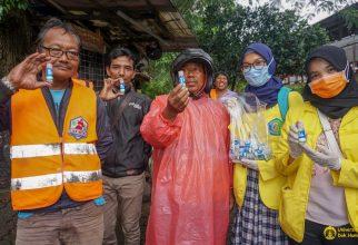Fakultas Farmasi UI Bagikan Hand Sanitizer Gratis kepada Pengguna Commuter Line