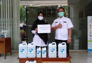 [Fakultas Farmasi UI bersama Kitabisa.com Mendistribusikan Hand Sanitizer untuk Tenaga Kesehatan]